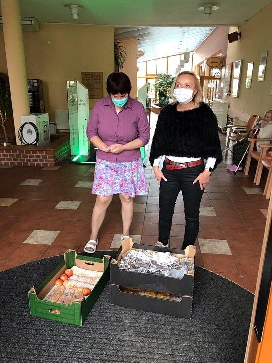 Dobrovolníci pekli štrůdl pro záchranku, nemocnici, domov i hygienu.