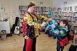 Klaun a jeho asistentka bavili děti v prachatické knihovně.