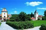 Státní zámek Kratochvíle. Vstupní věž zámku Kratochvíle, vpravo kaple Narození Panny Marie.