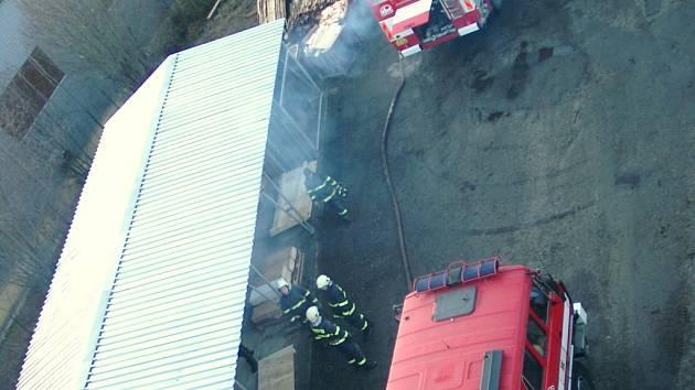 Požární stanice Prachatice a Sbor dobrovolných hasičů Vlachovo Březí zasahovali při požáru pilin v silu v obci Těšovice u odbočky na Husinec. Požár byl nahlášen v 5.07 hodin a likvidace proběhla v 8.19 hodin. Škoda dosáhla 300 000,- Kč.