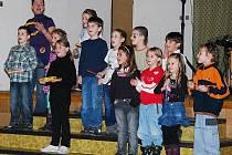 Ktišským seniorům zazpívaly děti ze zdejší školy.