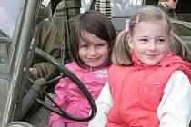 Příjezd historických vojenských vozidel na netolické náměstí