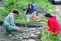 ARCHEOLOGICKÝ VÝZKUM. Letošní Letní archeologická škola Na Jánu bude mnohem pestřejší a také o týden delší než v loňském roce. Mladí lidé budou pokračovat ve výzkumu středověkých hrobů.