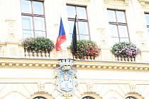 Černý prapor na prachatické radnici připomíná, že padlý voják Tomáš Procházka byl rodák z Prachatic.