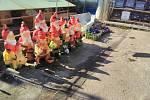 Trpaslíci na tržnici v obci Strážný poblíž hraničního přechodu se Spolkovou republikou Německo.