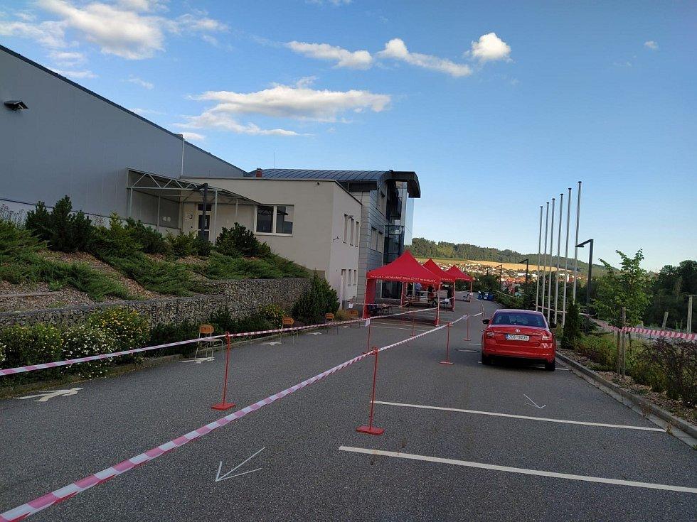 Profesionální hasiči z Prachatic postavili před budovou firmy InTiCa Systems tři stany pro hromadné testování.