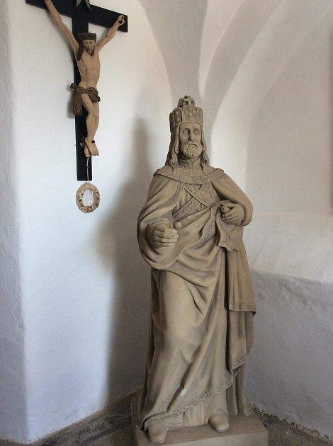 Zrestaurovaná socha Karla IV. se vrátila zpátky do Lhenic. Lidé si ji mohou prohlédnout vpátek 25.května při noci kostelů.