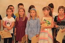 V Radničním sále města Prachatice dostali svůj čtenářský glejt žáčci 2. B ze ZŠ Zlatá stezka.