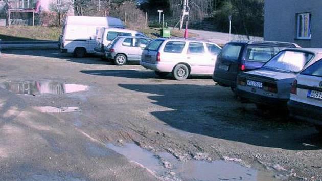 BUDE NOVÉ. Zatím jen nezpevněnou parkovací plochu by mělo po zásahu stavitelů nahradit klasické  parkoviště.