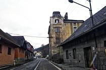 Dva domy v ulici Pasovská ve Vimperku, které stojí v těsné blízkosti frekventované silnice I/4 na hraniční přechod ve Strážném chce město Vimperk nechat odstranit.