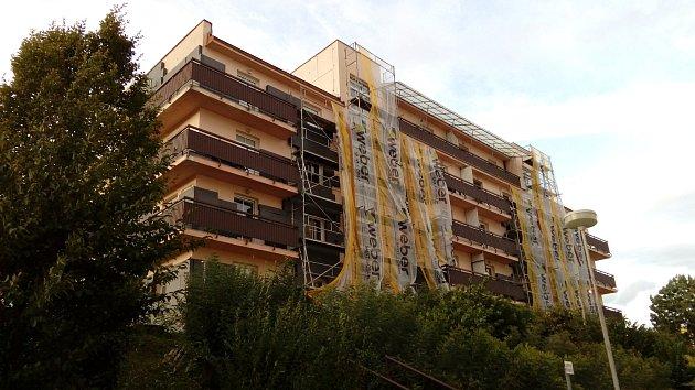 Zateplení bytového domu v Budovatelské ulici v Prachaticích vybraná firma nedokončí.