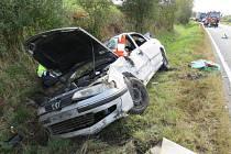 Řidič u Strunkovic nad Blanicí nezvládl jízdu, spadl s autem do stoky.