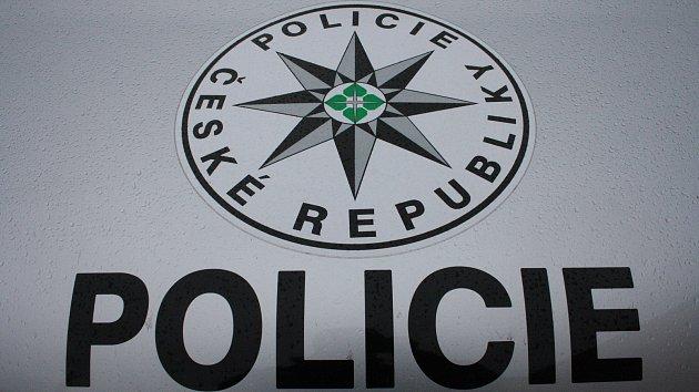 Neznámý útočník střílel v Kladně na děti, tři trefil