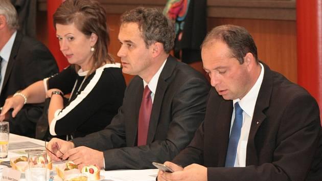 Na snímku zleva Růžena Štemberková (KDU-ČSL), Jiří Machart a Robert Zeman (oba PRO Prachatice).