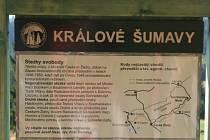 Menší informační panel Správy NP Šumava s názvem Králové Šumavy u cesty mezi Dolním Cazovem a Mlaka upozorňuje návštěvníky na místa, která často využívali tak zvaní agenti chodci, k nimž patřili i bratři Josef a Bohumil Hasilové.