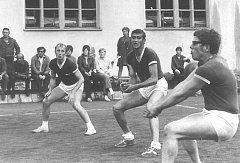 "Na horním kurtu vedle prachatického gymnázia se konala mistrovská utkání, v roce 1974 se ho účastnili zleva Karel Knopp, Jan Beyer a Jaroslav ""Dárek"" Černý."