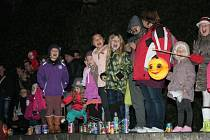 Příjezd Martina na koni netrpělivě vyhlížely děti v Parkánu i s vlastnoručně vyrobenými lucerničkami.