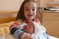 Matyáš Košina se v prachatické porodnici narodil v pondělí 21. března v 9.35 hodin rodičům Kateřině a Filipovi ze Žernovic. Chlapeček vážil 3,30 kilogramu a měřil 50 centimetrů. První fotografování malého Matyáše si nenechala ujít sestřička Anička.