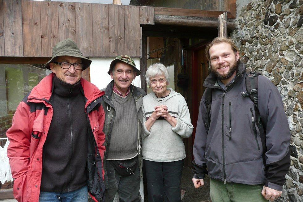Prof. Kroupová a Pavel Světlík uprostřed, MUDr. Světlík vlevo, botanik A Rocha Filip Laštovic vpravo.