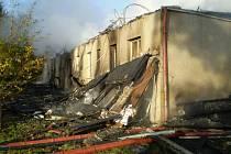 Zbyly jen ohořelé zbytky budovy.