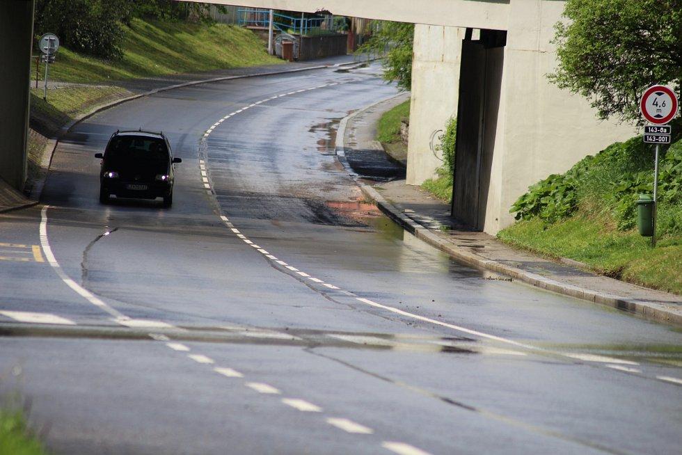 Přes Prachatice sice dnes prošly tři silné lijáky, ale ani na jindy inkriminovaných místech, jako je silnice na Český Krumlov pod železničním viaduktem, voda nezůstávala.