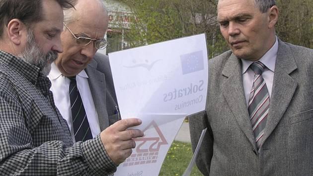 Bohumil Petrášek (vravo), senátor Josef Kalbáč (uprostřed) a Lubomír Pichler nad plány nového altánu.