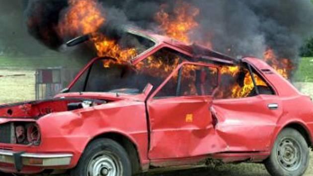 Vozidlo Škoda Pick Up se vznítilo zřejmě vinou technické závady. Ilustrační foto.