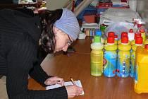 Zuzana Pelikánová má přesný přehled o tom, kolik věcí se při sbírce vybere.