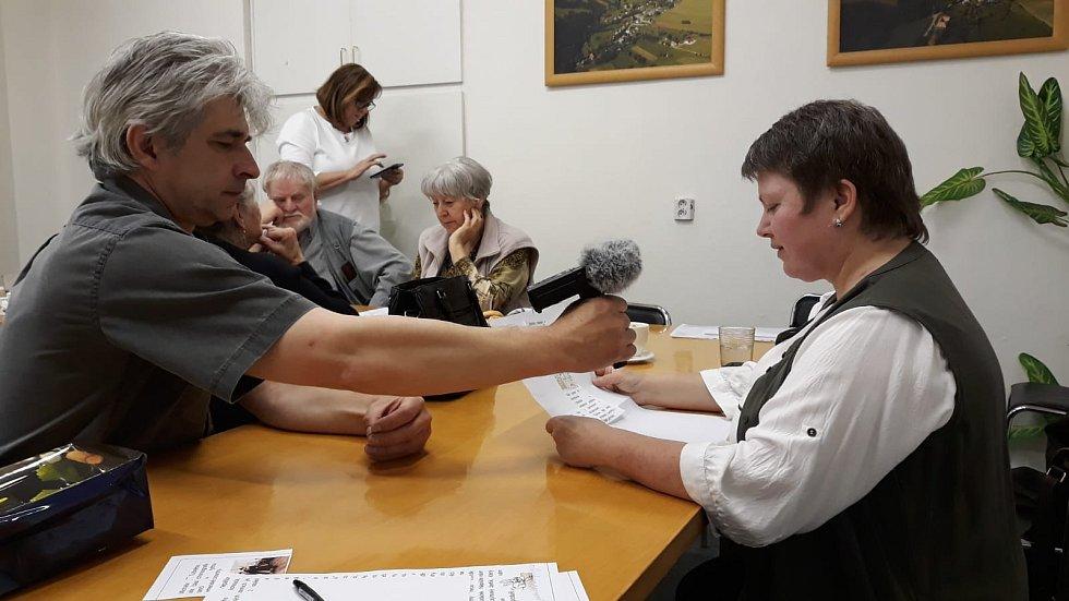 Dobrovolníci připravují čtení se zvukem.