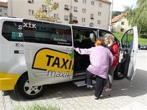 Prachatický taxík Maxík jezdí v Prachaticích od roku 2015.