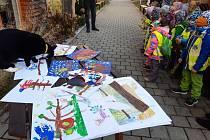 Děti z Montessori školky v Prachaticích přišly zamávat obyvatelům Domova Matky Vojtěchy.