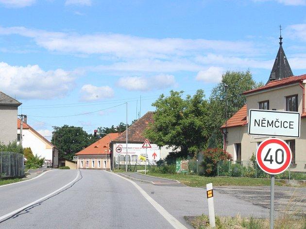 Do 17.prosince se opravuje silnice zNěmčic do Češnovic. Objízdné trasy vedou buď přes Podeřiště, nebo přes Břehov a Čejkovice.