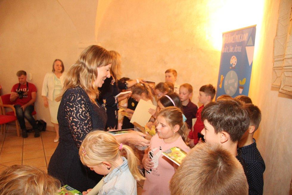 Pasovací glejt, dětskou knížku a spousty nových zážitků si odnášeli druháci z Vodňanky z Pasování čtenářů v Radničním sále.