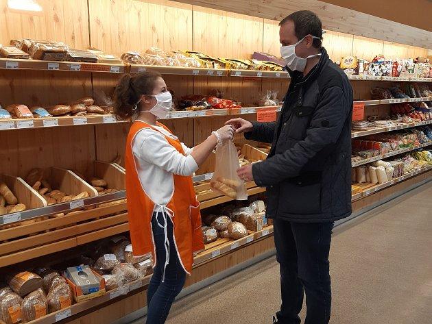 Vimperská radnice sehnala dobrovolníky, a ti nabírají pečivo zákazníkům vsupermarketech.
