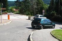 Parkoviště před Komerční bankou už není veřejné. A parkovacích míst je málo.