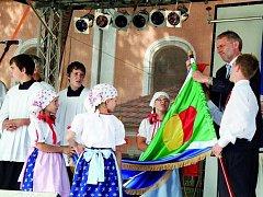 SENÁTOR POMOHL. S nasazením praporu pomohl i senátor Tomáš Jirsa, který byl jedním ze vzácných hostů slavností.