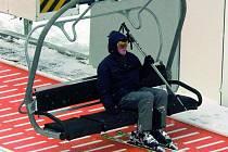 RYCHLE NA SVAH. Nová pohodlná čtyřsedačková lanovka přepraví na vrchol sjezdovky Kobyla za hodinu dva tisíce osob.