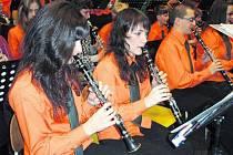 V NOVÉM.  Vimperský orchestr v novém oblečení překvapil na vánočním koncertu árií z Carmen.