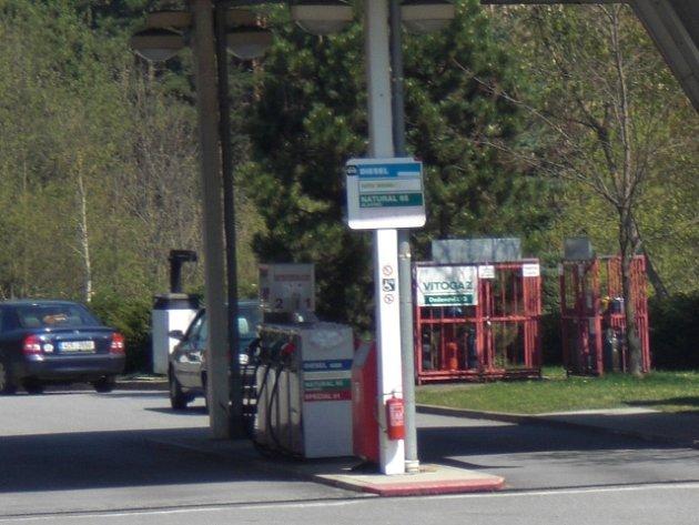 Jedna z čerpacích stanic lákala čtyřiačtyřicetiletou ženu. Místo autem se na ní vydala s lopatou.