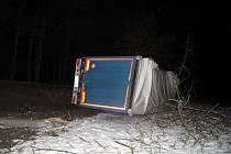 Řidič nákladního vozu pod vlivem u Netolic narazil do stromu a převrátil připojený přívěs na pravý bok.