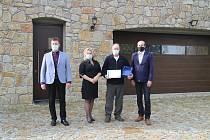 Richard Fiala (druhý zprava) dostal za své podnikání titul Živnostník roku 2020.