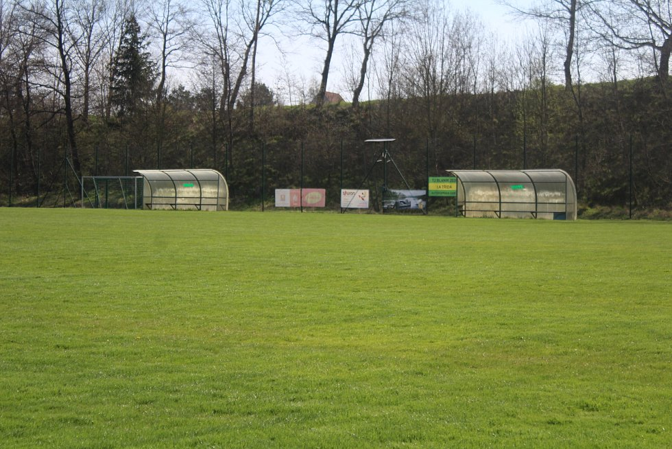 Útulný Stadion Bedřicha Fencla ve Strunkovicích nad Blanicí.