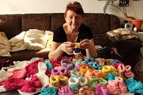 Marie Bednárová z Prachatic plete ponožky pro předčasně narozená miminka