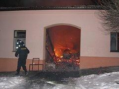 K požáru usedlosti v Dubu vyjelo celkem šest jednotek hasičů, oheň napáchal škody za dva a půl milionu korun.