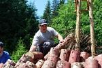 Po loňské premiéře již přeci jen nějakou tu zkušenost získali, a tak doufají , že se jim podaří tímto klasickým způsobem vyrobit nejméně 400 kilogramů dřevěného uhlí. Milíř bude u Schwanzerbergského plavebního kanálu doutnat po celý týden.