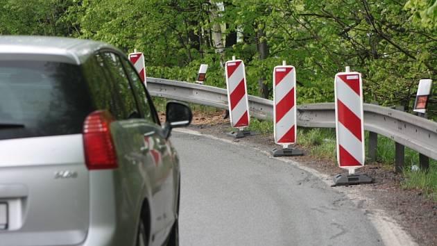 Svodidla v Americké zatáčce musí silničáři po dopravní nehodě opravit.