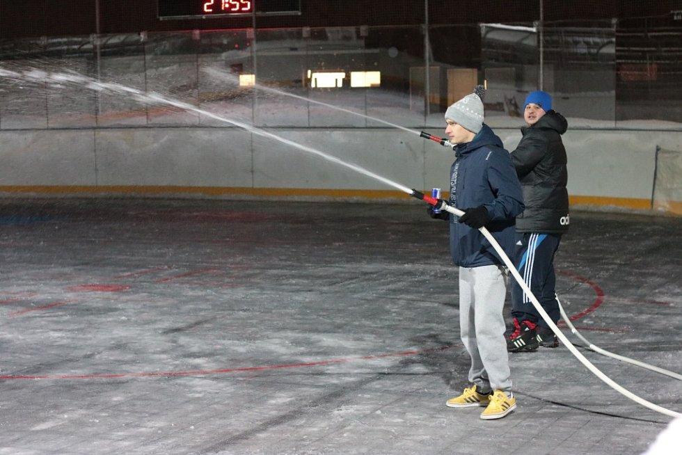 Po dlouhých letech se v Prachaticích opět začíná s přípravou lední plochy pro bruslení. Poslouží k tomu hokejbalová aréna, kterou připravují členové hokejbalového oddílu a Sportovní zařízení města Prachatice.
