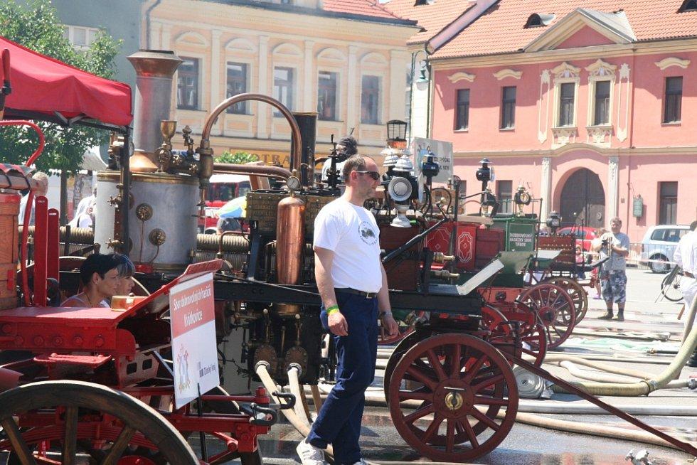 Setkání hasičů a historických parních stříkaček v Netolicích.