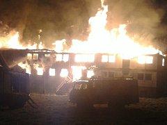 Požár bývalé ubytovny ve Lhenicích