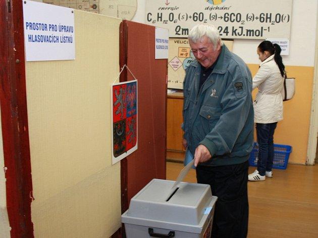 Úderem 14. hodiny začaly v pátek 12. října volby do krajských zastupitelstev. Do okrskových volebním místností vstupují a hlasují první voliči.